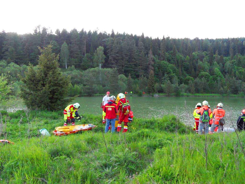 Hier wird der Notfall geprobt, am idyllischen Waldsee im Gebirge in der Slowakei..jpg