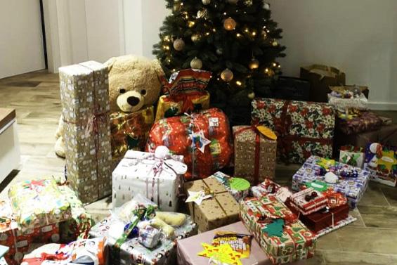 Bärbel bewacht die Geschenke.jpg