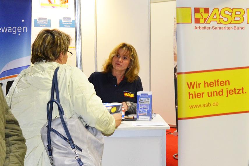 Frau Reitzenstein im Gespräch mit einer Messebesucherin.JPG