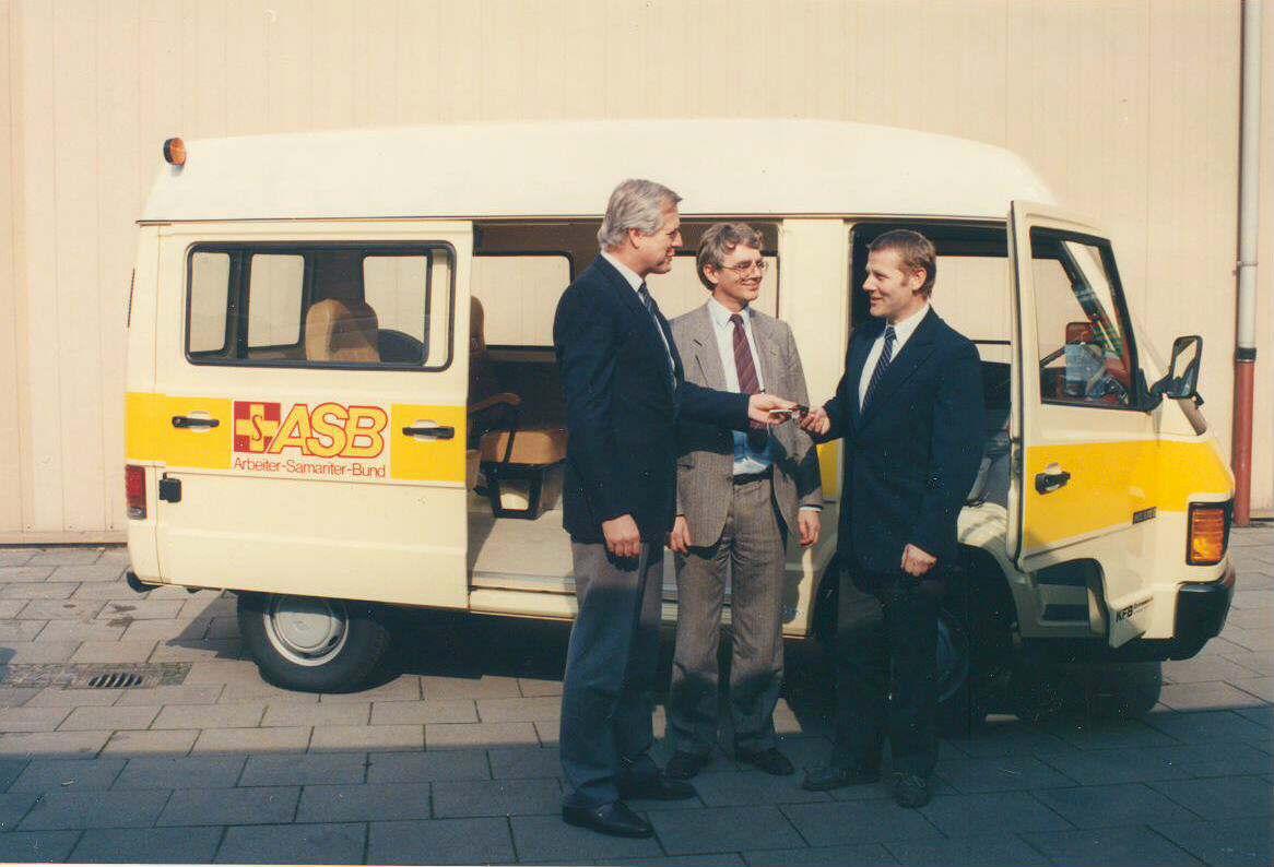 1990 übergab der damalige ASB-Bundesgeschäftsführer.jpg